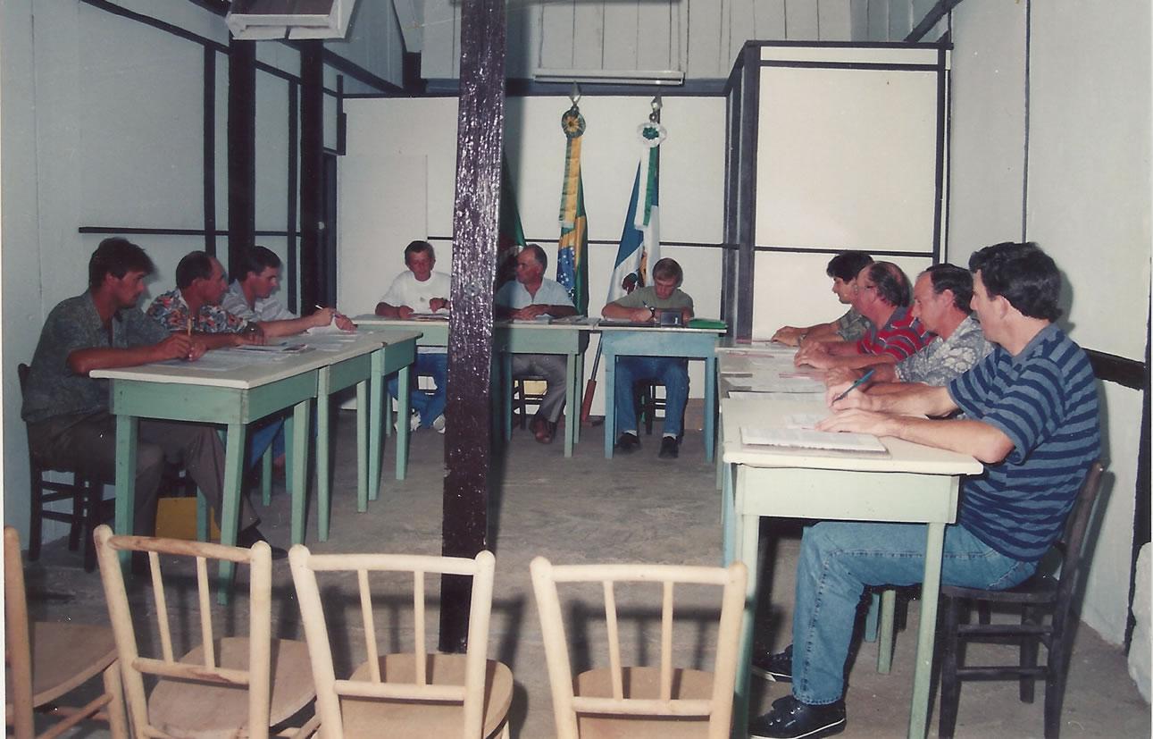 Foto da 1ª Sede do Poder Legislativo – Móveis (mesas e cadeiras) eram emprestados de bar